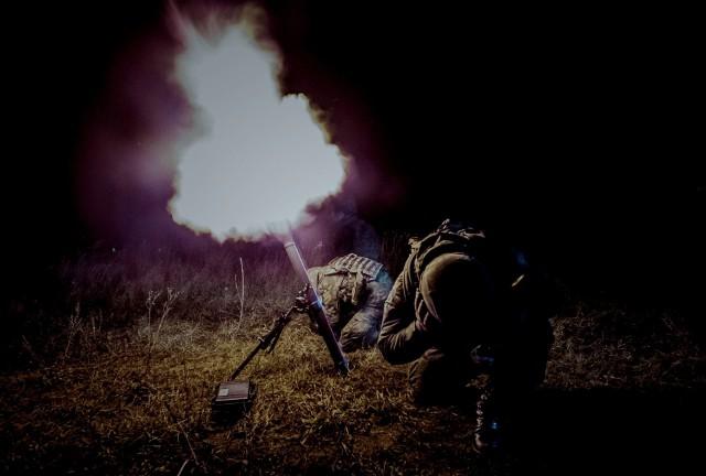 Obsługi moździerzy miały zadanie oświetlenia przedpola specjalną amunicją, która opadając wydziela intensywne światło.