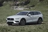 Volvo V60 Cross Country to idealne połączenie auta rodzinnego z SUV-em. Jak spisuje się ten samochód? Sprawdź w materiale wideo