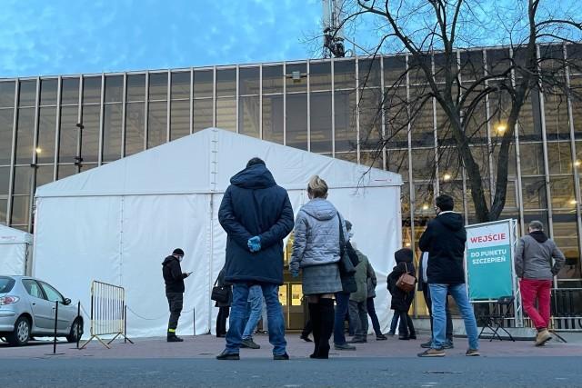 Jedni nie chcą się szczepić przeciwko COVID-19, inni czekają na wyznaczony termin, a są też tacy, którzy liczą,  że uda się im zaszczepić wcześniej, nim przyjdzie kolej na ich rocznik. Łowcy szczepionek czyhają wieczorami przed punktem szczepień na terenie Międzynarodowych Targów Poznańskich.