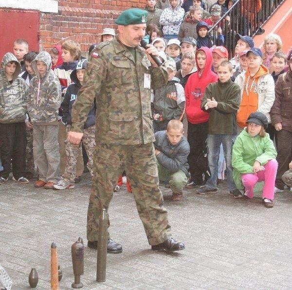 Dzieci z zainteresowaniem słuchały o akcjach  prowadzonych przez saperów