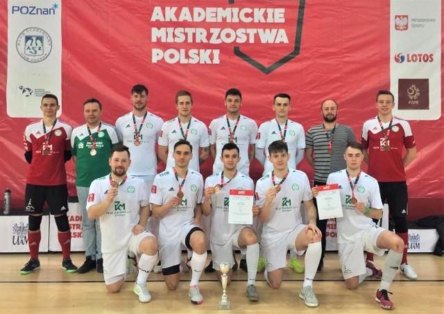 Zespół Uniwersytetu Zielonogórskiego zdobył brązowy medal na Akademickich Mistrzostwach Polski w futsalu.