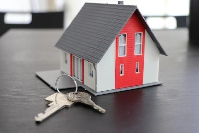 Agencja Mienia Wojskowego organizuje przetargi również na nieruchomości, w tym mieszkania. Na byłych wojskowych osiedlach nieraz oferowane są mieszkania w bardzo atrakcyjnych cenach poniżej rynkowych. Zobaczcie mieszkania z oferty AMW.