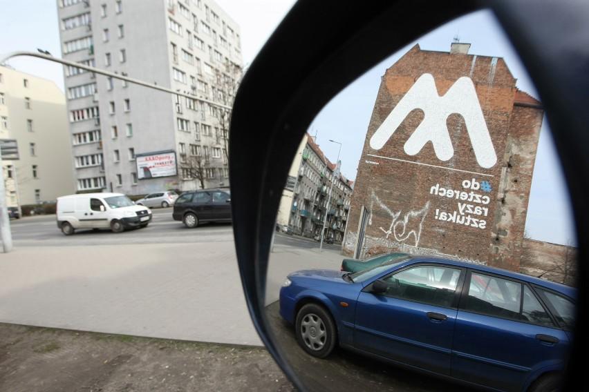 Na pustej części działki przy zbiegu ul. Wyszyńskiego i Sienkiewicza parkują samochody. To już nie potrwa długo, bo miasto wystawi ten teren na sprzedaż na początku czerwca. Mogą tam powstać mieszkania, hotel czy skwer