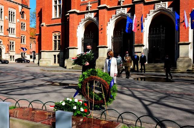 Przy Dębie Wolności, znajdującym się przed Collegium Novum Uniwersytetu Jagiellońskiego, odbyły się uroczystości upamiętniające ofiary obozów koncentracyjnych Ravensbruck, Sachsenhausen i Dachau
