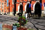 Kwiaty pod Dębem Wolności. Upamiętniono ofiary obozów koncentracyjnych