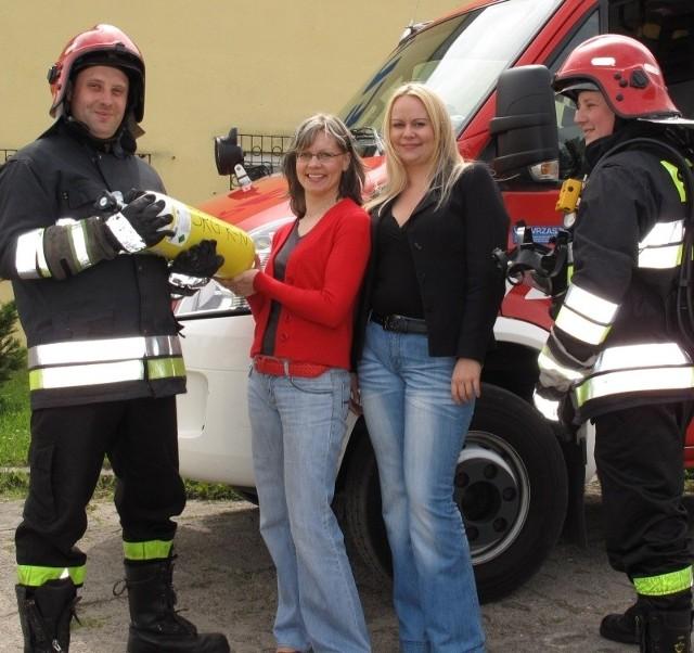 Nowe butle warte 3 tysiące złotych przekazały strażakom Ewa Masłowska i Anna Soroczyńska.