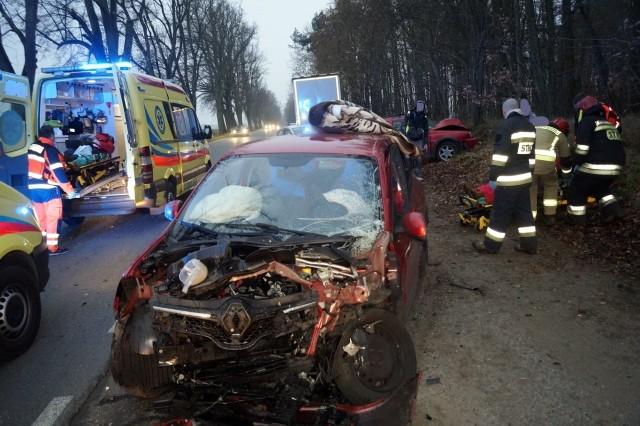 W poniedziałek (25 listopada) doszło do poważnego wypadku w pobliżu miejscowości Lubuczewo (powiat słupski).Kierujący VW z niewyjaśnionych przyczyn zjechał na lewą stronę drogi i czołowo zderzył się z osobowym renault.Policja wprowadziła w miejscu wypadku ruch wahadłowy. Cztery osoby odwiezione zostały do słupskiego szpitala.