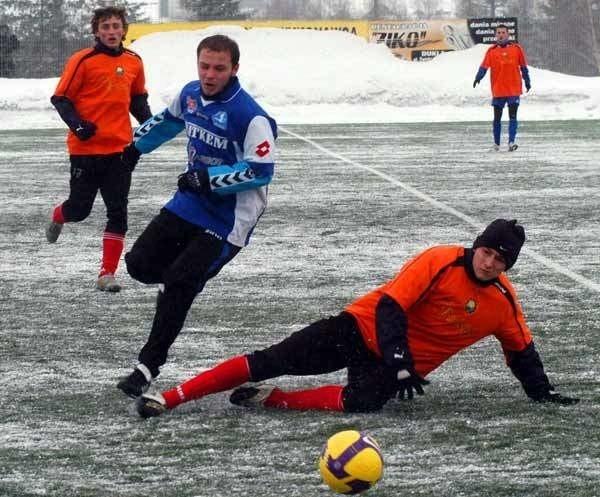 Stal Rzeszów (biało-niebieskie stroje) prowadzi ze Stalą Mielec 1-0.