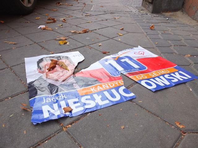 Za zniszczenie plakatu lub jego uszkodzenie grozi 150 złotych mandatu lub skierowanie sprawy do sądu i znacznie wyższa kara.