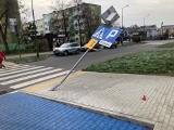 Brzeziny. Ktoś zniszczył nowy znak drogowy przy przejściu dla pieszych i uciekł z miejsca zdarzenia