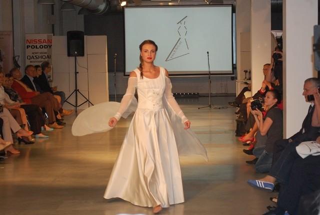 Jedna z modelek w sukni ślubnej z nagrodzonej kolekcji.