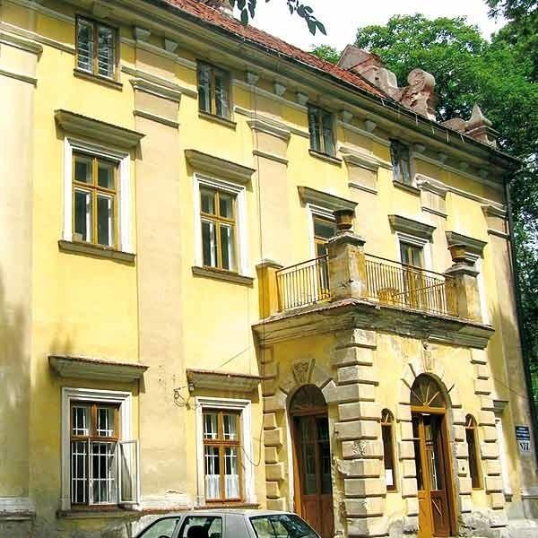 Ten dworek w Łękach Górnych został sprzedany mimo sprzeciwu radnych.