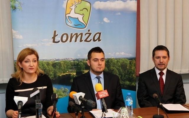 Prezydent Łomży Mariusz Chrzanowski ze swoimi zastępcami Agnieszką Muzyk i Andrzejem Garlickim