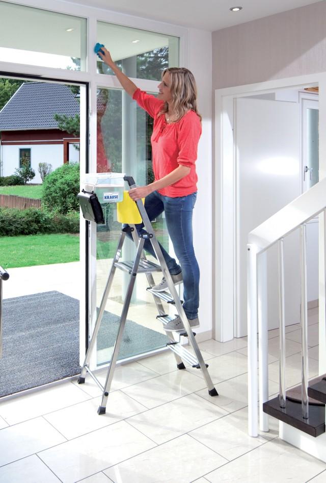 Drabina w domuUpadki podczas wykonywania prac domowych na wysokości to bardzo częsta przyczyna urazów. Jak na ironię, ich znaczną część powodujemy sami, bo podczas prac na wysokości stajemy na rozchwianych stołkach, a nawet krzesłach z kółkami.