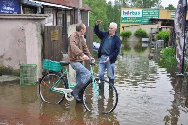 W gminie Dobrzeń do dziś pamiętają powodzie  z 1997 i 2010 roku. Budowa zabezpieczeń to akurat tam zawsze gorący temat. Na zdj. mieszkańcy Czarnowąs podczas powodzi w maju 2010 r.
