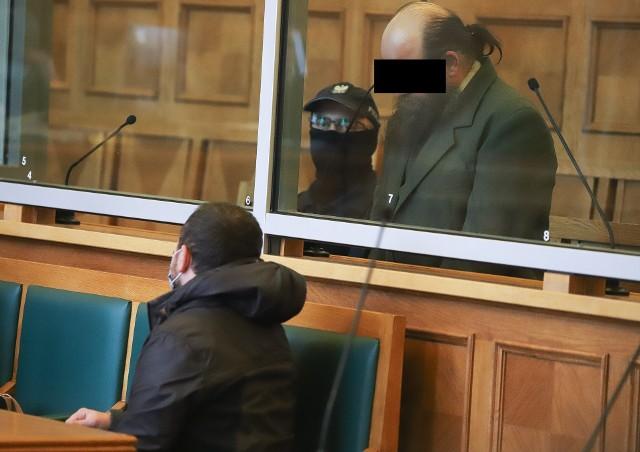 """Łódź. Proces Mamuki K. Gruzin przyznaje się do morderstwa 28-letniej łodzianki. Twierdzi jednak, że jej nie zgwałcił. W poniedziałek 9 listopada w Sądzie Okręgowym rozpoczął się proces 41-letniego Mamuki K. z Gruzji, który według prokuratury na tle seksualnym brutalnie zamordował 28-letnią Paulinę Dynkowską. Na wniosek oskarżycieli posiłkowych, czyli mamy i brata zamordowanej, sąd wyłączył jawność rozprawy. Czytaj dalej na kolejnym slajdzie: kliknij strzałkę """"w prawo"""", lub skorzystaj z niej na klawiaturze komputera."""