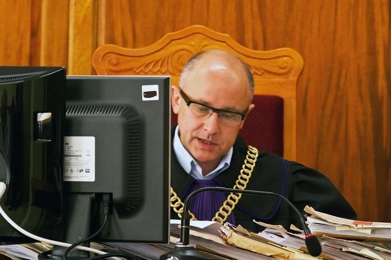 Sędzia Dariusz Hendler odczytywał wyrok i uzasadniał go...