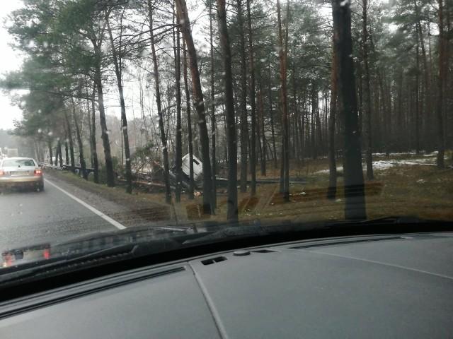 To kolejne niebezpieczne zdarzenie na drogach w powiecie bydgoskim. Tym razem tir wylądował w rowie, na DK 10
