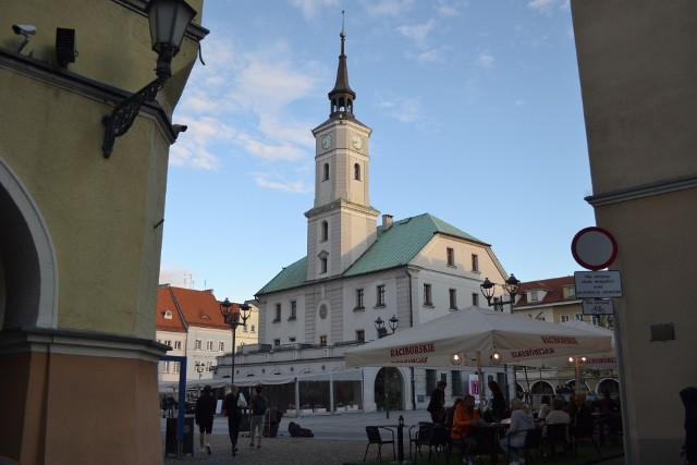 Starówka w Gliwicach jest wyłączona z ruchu kołowego, co ma pobudzić restauratorów do otwierania ogródków gastronomicznych.Zobacz kolejne zdjęcia. Przesuwaj zdjęcia w prawo - naciśnij strzałkę lub przycisk NASTĘPNE