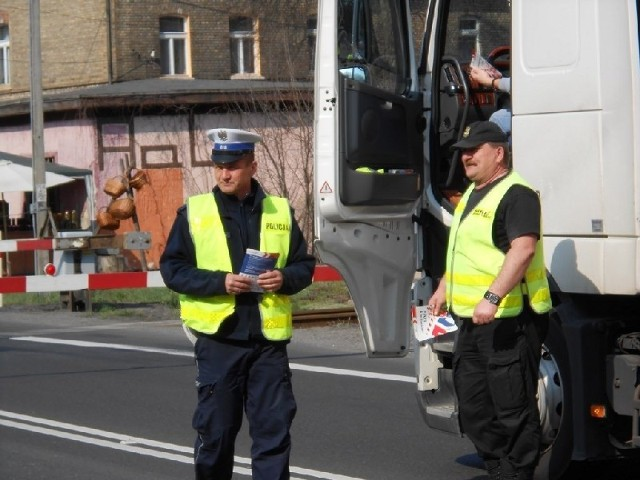 Policjanci pouczali kierowców, jak bezpiecznie przejeźdżać przez tory.