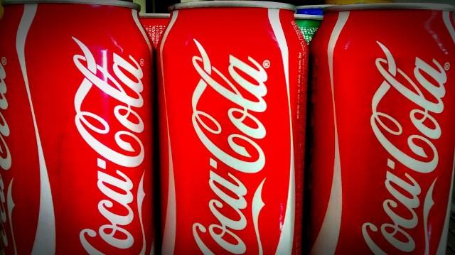 Wojna handlowa Donalda Trumpa wpłynie nie tylko na Amerykanów. W Polsce lada chwila mogą wzrosnąć ceny popularnych produktów sprowadzanych ze Stanów Zjednoczonych. Już teraz ceny niektórych amerykańskich wyrobów wzrosły nawet o kilkanaście procent - donosi Business Insider. Coca-ColaKod koniec lipca 2018 koncern ogłosił, że lada chwila wzrośnie cena produkowanych przez Coca-Colę gazowanych napojów. Dotyczyć może to przede wszystkim napojów w puszkach - to efekt wyższego cła na stal oraz aluminium. Na razie nie wiadomo, o ile wzrośnie cena puszki Coca-Coli.