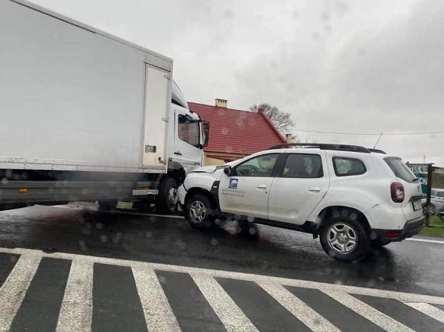 Wypadek dwóch ciężarówek i samochodu osobowego. Dwie osoby poszkodowane, lądował śmigłowiec LPR. Droga jest zablokowana