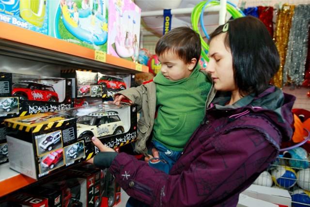 Specjaliści z UOKiK radzą rodzicom i opiekunom, jak kupić bezpieczną zabawkę