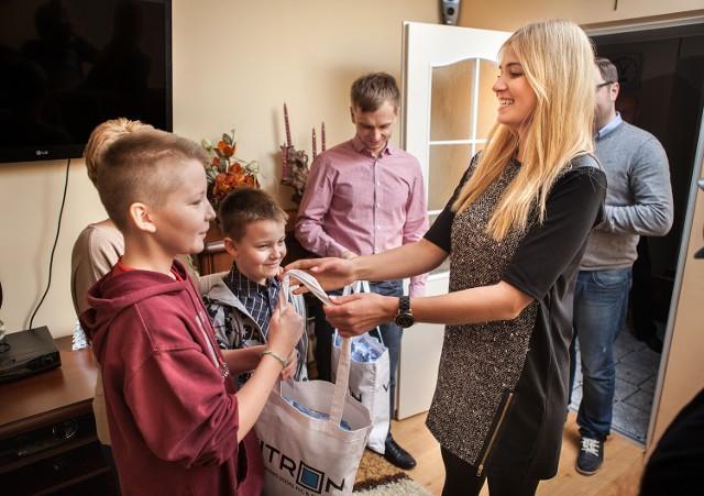Prezenty wręczyła Miss Polonia 2010 Rozalia Mancewicz i przedstawiciele firmy Vitron. - W tym szczególnym, przedświątecznym okresie wszyscy powinniśmy zwrócić większą uwagę na potrzebujących - mówi Rozalia Mancewicz.