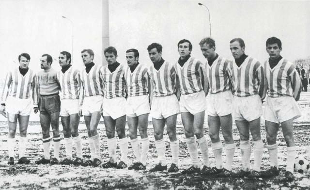 Ryszrad Sarnat (szósty z lewej) grał w 500. meczu z Ruchem w Chorzowie. N/z drużyna Cracovii przed tym spotkaniem