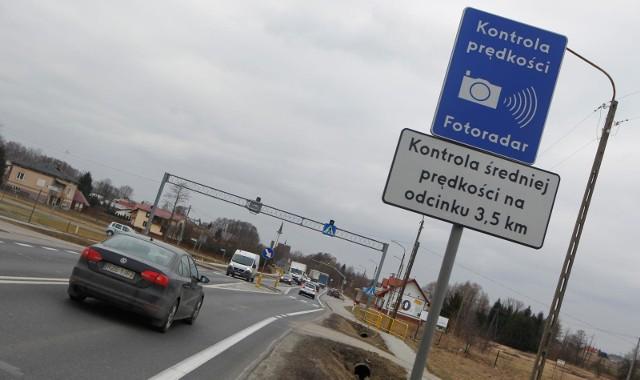 Odcinkowy pomiar prędkości to system służący do rejestrowania przekroczenia dopuszczalnej prędkości pojazdów na kontrolowanym odcinku drogi. Gdzie jest ich najwięcej w Polsce? Zobaczcie najnowsze dane na kolejnych slajdach ---->