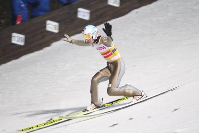W Oberstdorfie rozpoczęły się mistrzostwa świata w narciarstwie klasycznym. Na przestrzeni lat w mistrzowskich konkursach skoków nie brakowało wydarzeń nietypowych, dziwnych, a czasem zupełnie kuriozalnych.Czytaj na kolejnych stronach o najciekawszych i najdziwniejszych wydarzeniach na MŚ w skokach ->>>Zobacz także:Co wiesz o skokach na mistrzostwach świata? Rozwiąż nasz quiz!Piotr Żyła i Marcelina Ziętek. Kim jest ukochana skoczka? Zobacz dużo zdjęć!