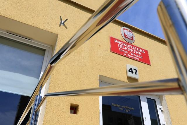 Marcin M. jest zatrudniony w Prokuraturze Rejonowej Toruń Wschód. Od roku 2019 jest zawieszony w obowiązkach i ma obniżone wynagrodzenie.
