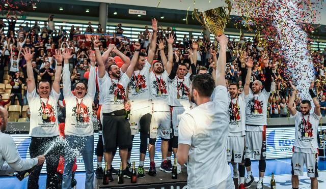 Enea Astoria Bydgoszcz rok temu wywalczyła awans do ekstraklasy. Podopieczni Grzegorza Skiby w finale play off I ligi pokonali Śląsk Wrocław. Po trzynastu latach przerwy bydgoszczanie awansowali do koszykarskiej elity.Na kolejnych stronach zdjęcia z fety z kibicami oraz ze spotkania>>>