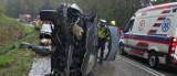 Katrynka. Dachowanie auta na drodze krajowej nr 8. Jedna osoba trafiła do szpitala (zdjęcia)