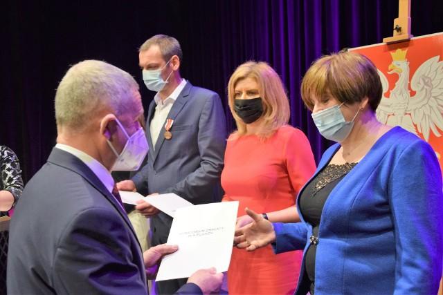 Odznaczenia i nagrody dla nauczycieli przyznane w 2020 roku wręczone. Otrzymało je 17 osób z powiatu koneckiego.