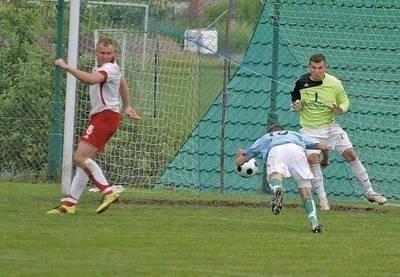 Jacek Pietrzak (w niebieskiej koszulce) strzela gola Karpatom Siepraw, w meczu, który dał awans Lubaniowi do III ligi FOT. JAROSŁAW MATYASIK