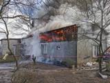 Pożar w Chwaszczynie. Płonął dom połączony z budynkiem gospodarczym. Właściciel trafił do szpitala