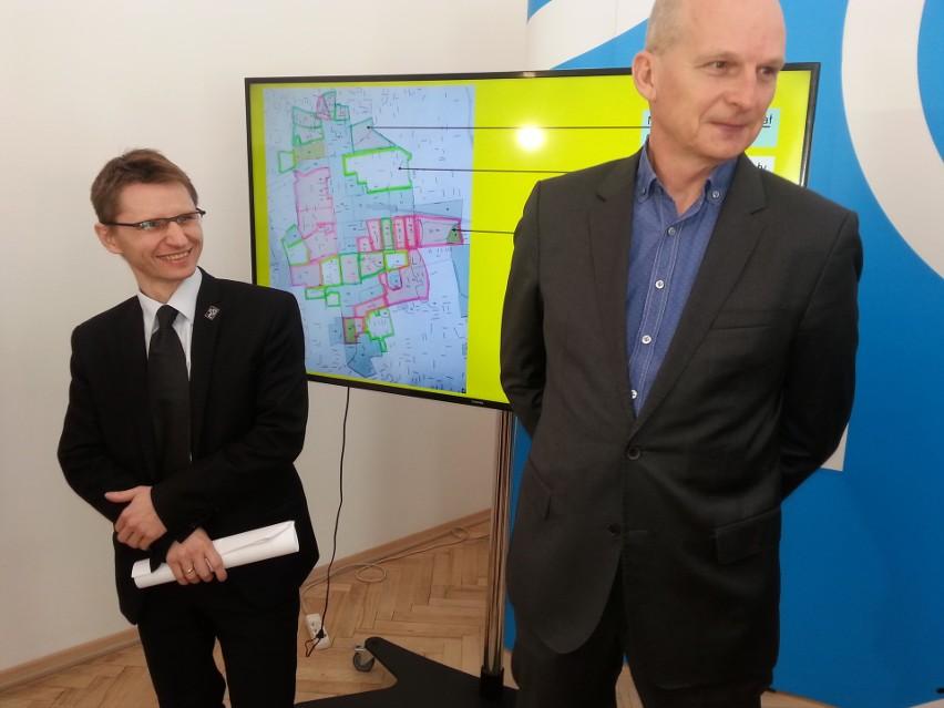 Robert Warsza, dyrektor Miejskiej Pracowni Urbanistycznej (z lewej) i wiceprezydent Wojciech Rosicki prezentują mapę strefy wielkomiejskiej. 60 proc. tego obszaru ma zablokowaną możliwość wydania decyzji o warunkach zabudpwy