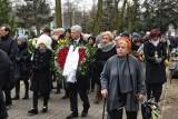 Poznań: Pogrzeb Piotra Niewiarowskiego. Kilkaset osób pożegnało animatora kultury na cmentarzu przy ulicy Lutyckiej