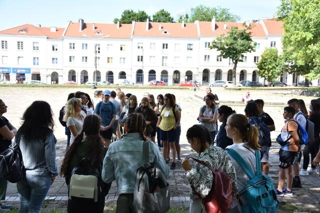 Na nawiązywanie przyjaźni i poznawanie się nawzajem każdy czas jest dobry. W wakacje społeczność Szkoły Podstawowej nr 26 w Zespole Szkolno-Przedszkolnym nr 4 gościli swoich kolegów i koleżanki  - uczniów i nauczycieli z Litwy, Włoch, Rumunii i Bułgarii.