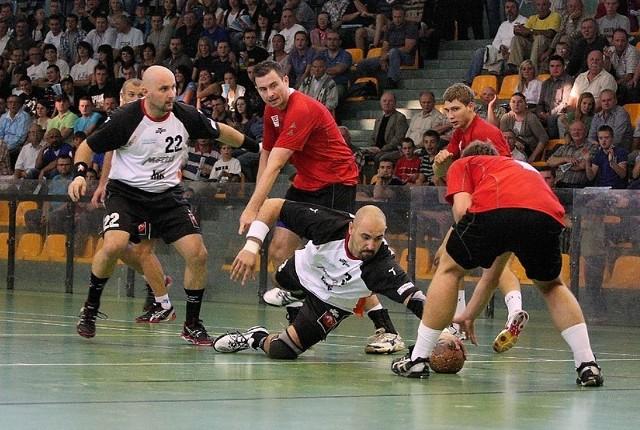 Obrotowy gorzowian Arkadiusz Bosy (w parterze) walczy o piłkę z trzema obrońcami MMTS. Z lewej rozgrywający AZS AWF Marcin Skoczylas.