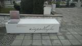 Ławeczka Niepodległości stanęła w Łagowie. Służy nie tylko do siedzenia. Można jej też... posłuchać