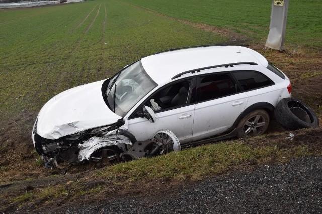- Do zdarzenia doszło około godziny 10 na drodze krajowej numer 11 przy stacji benzynowej Lotos, w kierunku Poznania. Zderzyły się dwa samochody: osobowe audi i range rover. W wyniku wypadku nikt nie ucierpiał. Jedna osoba poszkodowana uskarżała się na bóle kręgosłupa, została jej udzielona pomoc medyczna. Na miejscu interweniowały dwa zastępy straży pożarnej - informuje asp. Mariusz Glapa z zespołu prasowego KPPSP w Pleszewie.Przejdź do kolejnego zdjęcia --->