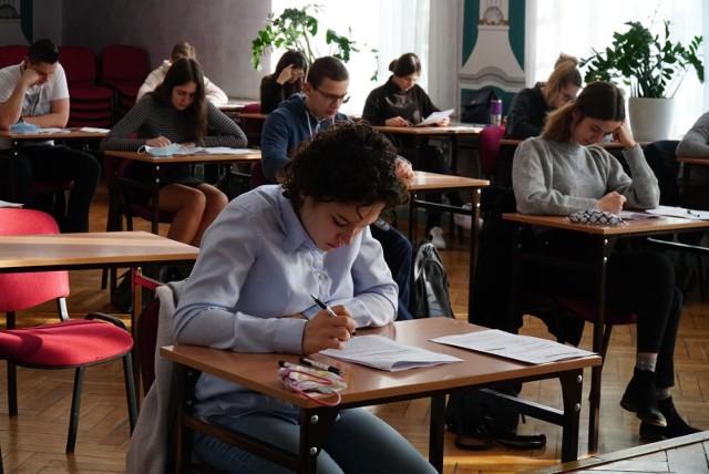 W 2021 roku uczniowie mogą liczyć na ułatwienia zarówno na maturze, jak i egzaminie ósmoklasisty. Powodem wprowadzenia zmian jest zdalne nauczanie, które trwa już od wielu miesięcy
