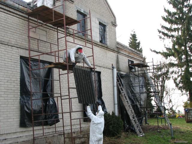 Demontaż azbestuEternit był popularnym materiałem budowlanym wykorzystywanym w latach 60- i 70-tych ubiegłego wieku. Z czasem okazało się, że zawarty w nim azbest jest szkodliwy dla zdrowia. Zaniechano jego produkcji, a teraz trwa program usuwania tego materiału z terenu naszego kraju. Przy demontażu azbestu można skorzystać z pomocy finansowej od gminy.