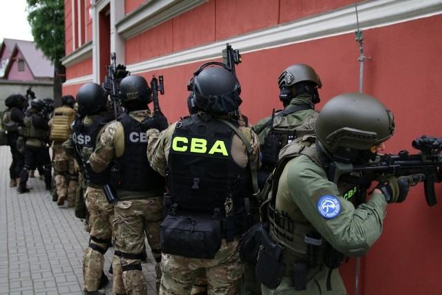Centralne Biuro Antykorupcyjne zatrzymało cztery osoby w związku z oszustwami na inwestycjach w Polsce i Afryce. Pokrzywdzone są co najmniej 152 osoby na kwotę minimum 16 mln zł.