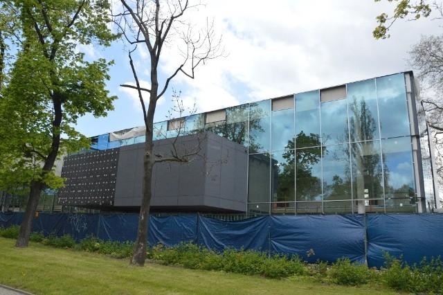 Niedaleko nowego budynku V LO znajduje się komisariat policji, Stary Cmentarz Żydowski, Uniwersytet Ekonomiczny, zajezdnia tramwajowa Gaj i park Andersa.