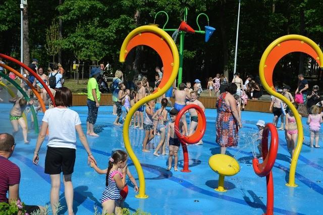 W upalne dni ochłoda i zabawa w wodnym parku zabaw