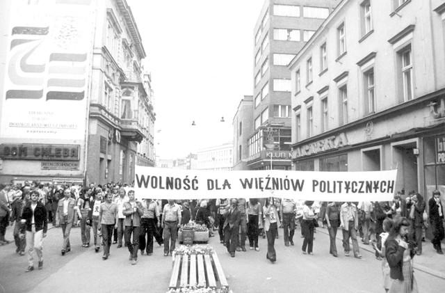 Sierpień 1981. Manifestacja w obronie ludzi więzionych za poglądy, bezkarnie przechodzi ulicą Krakowską w Opolu. Takie manifestacje uczciwych funkcjonariuszy SB i MO dobijały psychicznie.