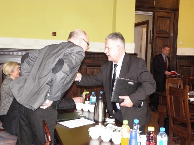 Aleksander Mrówczyński (z prawej) to radny powiatowy i szef komisji edukacji.